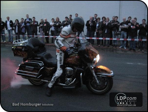 Rainer Schwarz heizt bei dem Grand Opening als Stuntman ein - sehr zur Unterhaltung der Gäste