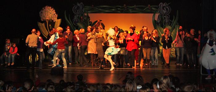 Abschluss mit den Lehrern, Betreuern und den Künstlern auf der Bühne (Quelle: Seebach)
