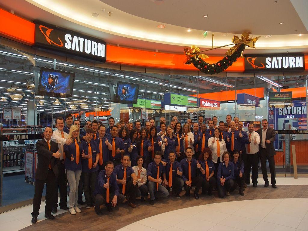 Das motivierte Team bei der Eröffnung am 02.12.2010 (Quelle: Saturn)