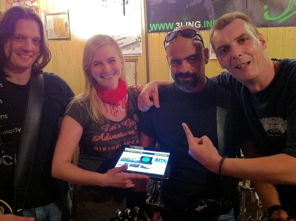 """Daniel Janke (Gitarre), Alissa Dreiling (Gesang), Cheech Martin (Bass) und Andy Schmitz (Drums) verfolgen die Beiträge """"Bad Homburg live"""""""