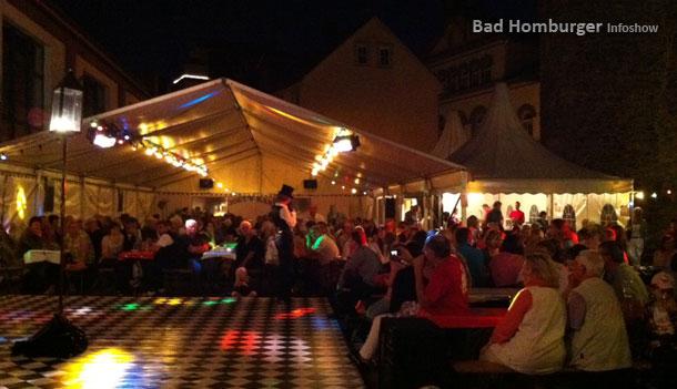 Menschen erfreuen sich bei Musik auf dem Laternenfest 2011