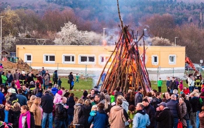 Hunderte Besucher beim Osterfeuer in Dornholzhausen
